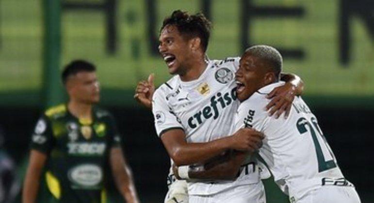 Gustavo Scarpa comemora. Salvadora cobrança de falta que deu a vitória ao Palmeiras