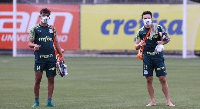 Gustavo Scarpa e Raphael Veiga. Dois jogadores que o Palmeiras quer vender