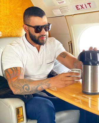 Mesmo com toda a fortuna que acumulou ao longo da carreira, o cantor faz questão de manter hábitos simples. Em um dos registros na aeronave, ele aparece tomando uma xícara de café durante uma das viagens