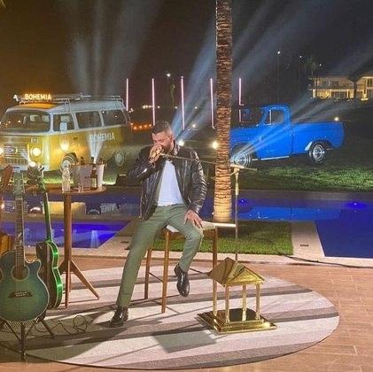 Após o sucesso da primeira live, no fim de março, o cantor decidiu repetir a dose. No entanto, no dia 11 de abril, o show online contou com uma produção ainda maior