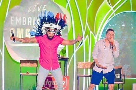 Gusttavo Lima usa cocar durante live no Rio Negro