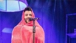 Gusttavo Lima não aguenta frio e faz show enrolado em cobertor ()