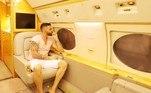 Nos registros publicados nas redes sociais, Gusttavo apareceu de bermuda e chinelo, clicado sozinho em um dos assentos da aeronave