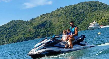 Cantor andou de moto aquática com os filhos