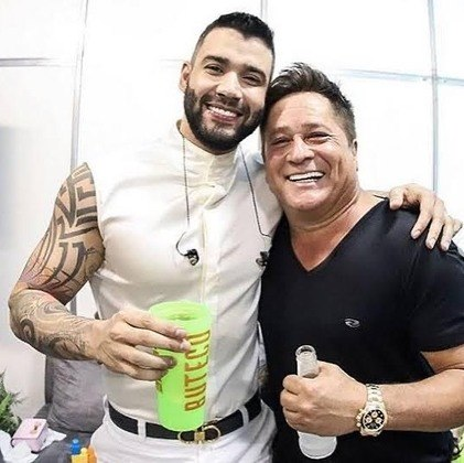 Em novembro do ano passado, Gusttavo e Leonardo causaram polêmica durante a live Villamix em Casa.Durante o show, os dois, após consumo de bebida alcoólica, chegaram a dizer que estariam imunizados a qualquer doença —referindo-se à covid-19