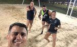 Nas horas de lazer, a dupla tira onda ao jogar futebol de areia com outros amigos em comum