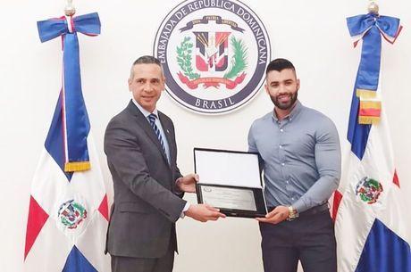 Gusttavo recebeu placa do embaixador dominicano