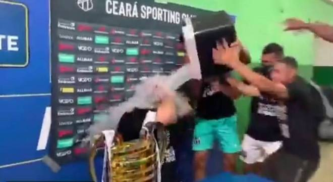 Guto Ferreira tomou banho de jogadores