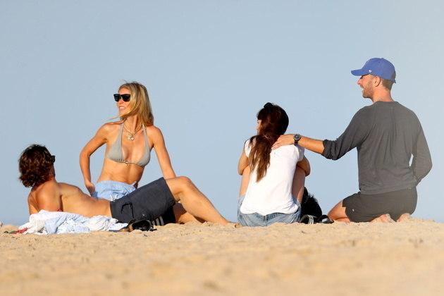Gwyneth é casada com o diretor e roteirista Brad Falchuk e Chris está namorando com a atriz Dakota Johnson. A relação entre eles é tão boa que os dois casais já chegarma a viajar juntos algumas vezes, incluindo na lua de mel de Gwyneth e Brad