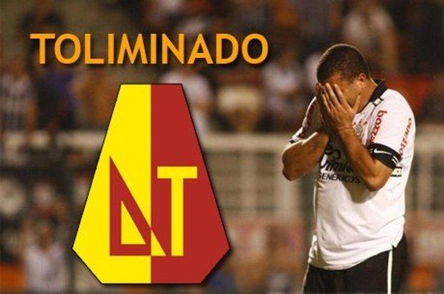 Há 10 anos, o Corinthians era eliminado pelo Tolima na pré-Libertadores. O clube paulista foi o primeiro clube brasileiro na história a cair antes da fase de grupos e o assunto tem rendido piadas ao longo dos anos. Confira!