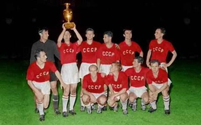 Há 60 anos, a União Soviética derrotou a Iugoslávia por 2 a 1 - na prorrogação, após 1 a 1 no tempo normal -e se sagrou a primeira campeã europeia da história. Este foi o único título da seleção, que acabaria sendo vice outras três vezes. Com o tempo, Alemanha e Espanha se tornaram os maiores vencedores da competição, com três títulos cada. Entre os artilheiros, porém, os líderes defendem as bandeiras de outros países. Confira na galeria!
