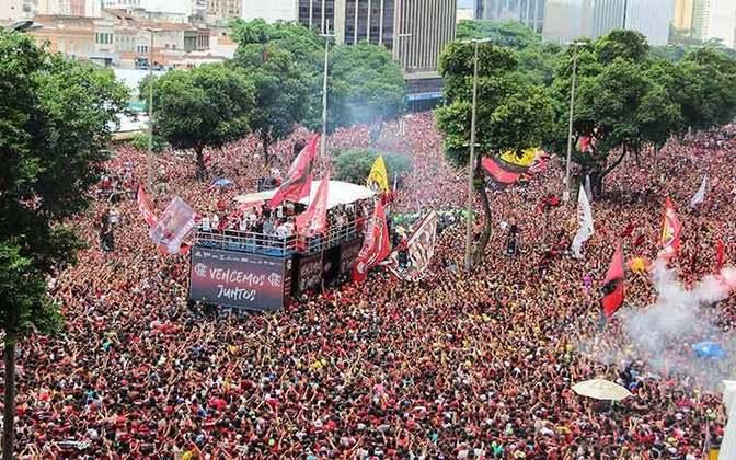 Há exatos seis meses, o Flamengo desfilava em carro aberto durante aquela tarde, no Centro do Rio de Janeiro. E naquele mesmo 24 de maio (novembro), o clube era heptacampeão brasileiro sem entrar em campo, já que o Palmeiras, então vice-líder, tropeçava. Relembre sete curiosidades da campanha do clube no Brasileirão-2019 a seguir.
