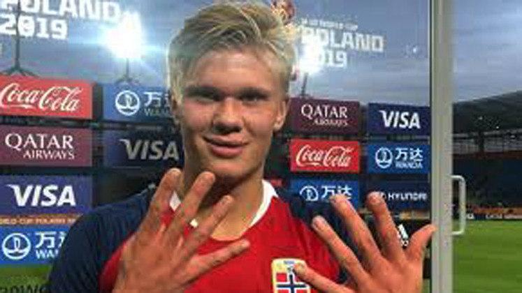 Haaland conseguiu um grande feito também na seleção norueguesa. É o primeiro jogador da história a marcar nove gols com a camisa de uma seleção. O feito foi no Mundial Sub-20 de 2019. Ele atingiu a marca na goleada de 12 a 0 sobre Honduras.