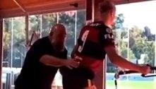 Haaland treina com a camisa do Flamengo e anima torcedores