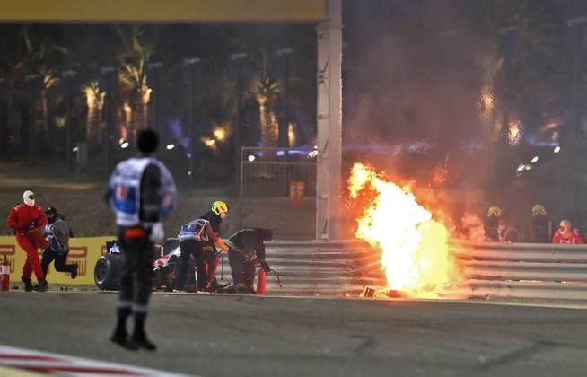 Haas se partiu em duas e Grosjean ficou preso.