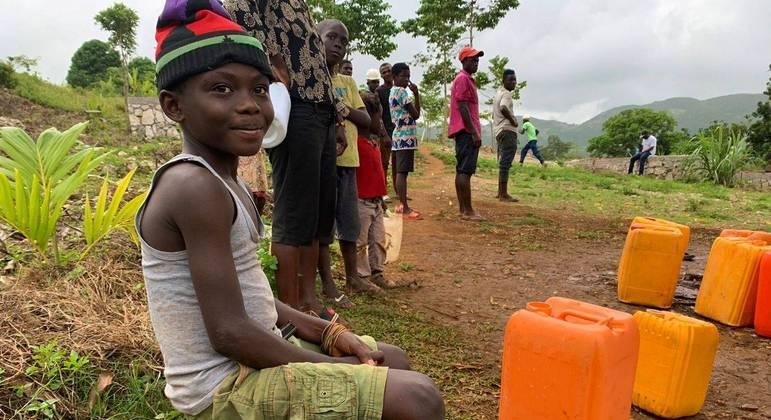 Menino aguarda sua vez para pegar água em Jérémie, no Sudoeste do Haiti