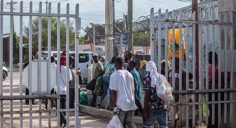 Haitianos deportados dos EUA chegam à capital do país, Porto Príncipe