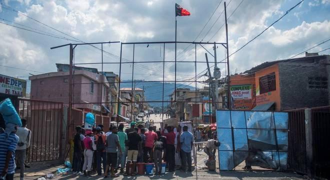Manifestantes usam barricadas em protestos contra o presidente