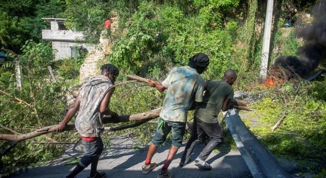Jovens, maioria homens, protegem barricadas