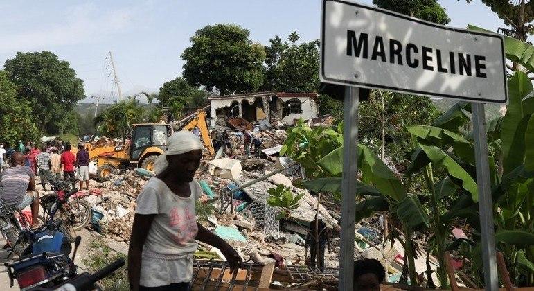Destroços nas ruas dificultam a chegada de auxílio a vários locais do Haiti