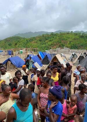Abrigos provisórios montados em área descampada em Jérémie