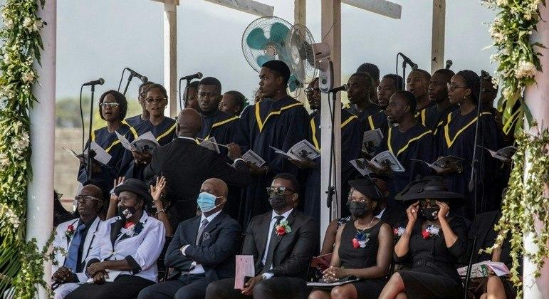 Familiares de Jovenel Moise (sentados) acompanham cerimônia fúnebre nesta 6ª