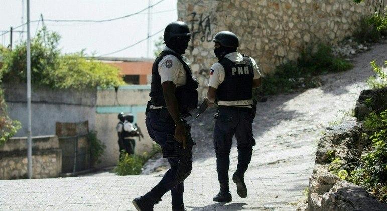 Policiais patrulham entorno da embaixada de Taiwan em Porto Príncipe, no Haiti