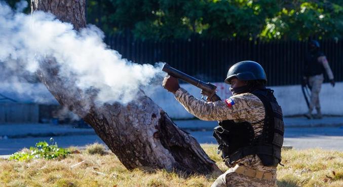 A polícia enfrentou manifestantes perto do palácio presidencial em Porto Príncipe
