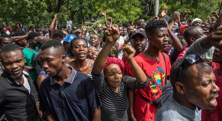 Haitianos se reúnem diante de delegacia onde estavam suspeitos da morte de Jovenel Moise