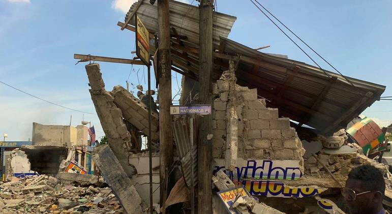 Destroços provocados pelo terremoto ainda estão pelas ruas