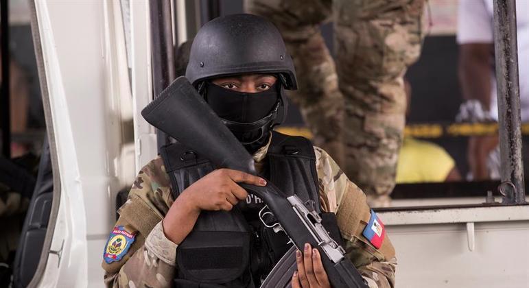 Soldado vigia um dos acessos do aeroporto de Porto Príncipe, capital do Haiti