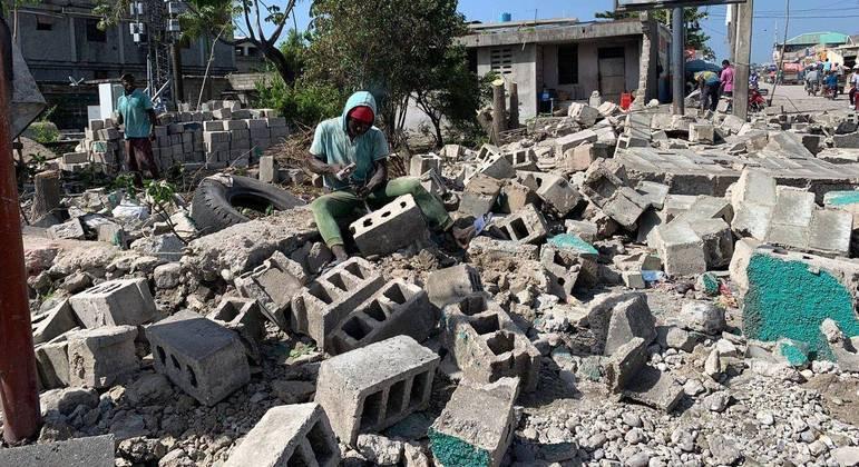 Marvens Saint-fort, de 18 anos, trabalha sobre escombros no centro de Les Cayes