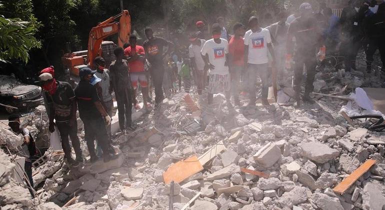 Forte terremoto deixou mais de 2 mil mortos e 12 mil pessoas feridas