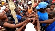 Crianças disputam doações de água, biscoitos e doces após terremoto no Haiti