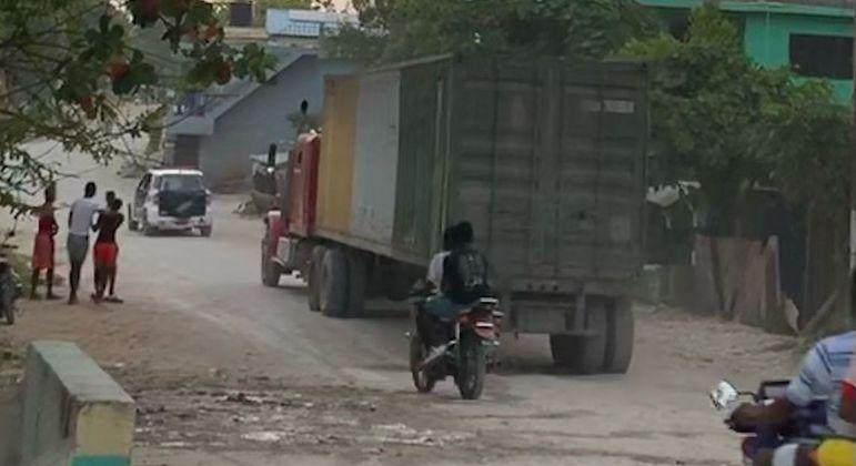 Caminhão leva ajuda humanitária em contêiner com escolta policial
