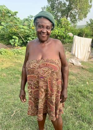 Nativita Remis, 55, em seu terreno, no Sudoeste do Haiti