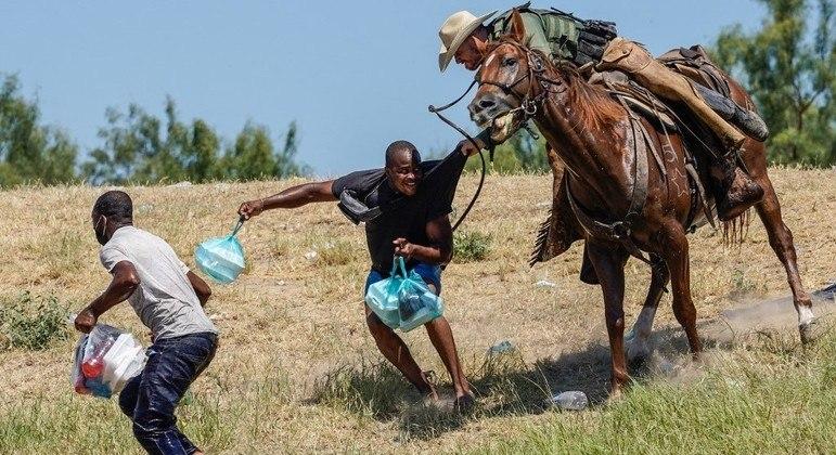 Haitianos foram agredidos com chicotes por policiais da Segurança Nacional dos EUA
