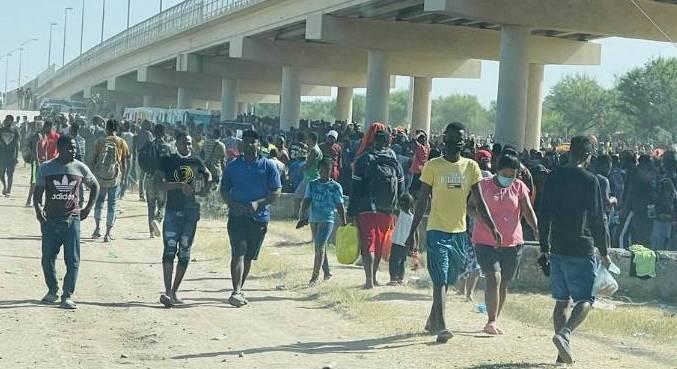 Milhares de haitianos estão acampados no Texas (EUA), após cruzarem fronteira  pelo lado do México