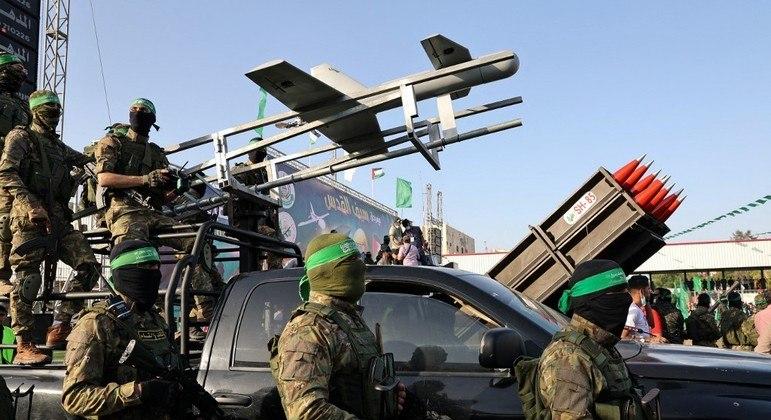 Membros da Hamas desfilam armados pela Faixa de Gaza