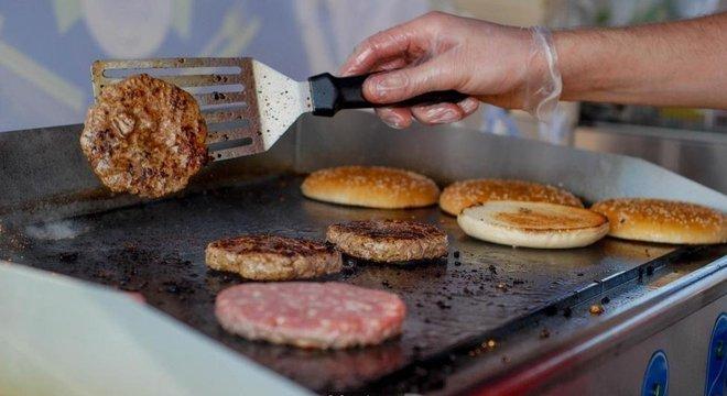 Equipados com vários sensores, robôs são mais precisos do que chefs humanos para julgar se hambúrguer foi devidamente cozido