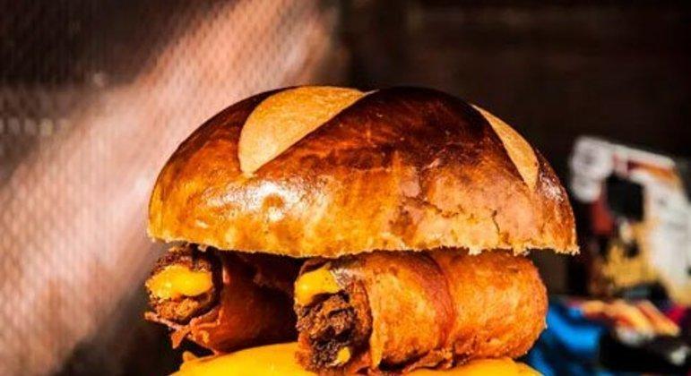 Hambúrguer com rolinhos de bacon e molho especial
