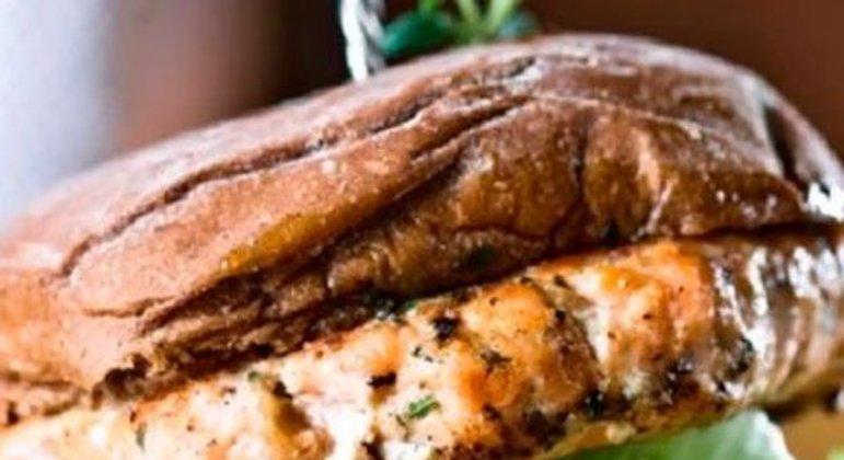 Hambúrguer de salmão com maionese temperada