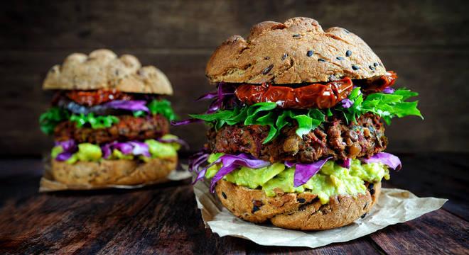 Hambúrgueres veganos como esse podem ser uma alternativa à carne