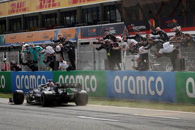 Circuitos diferentesVencer é algo recorrente na carreira de Lewis. O piloto inglês já saiu vitorioso em 29 circuitos diferentes