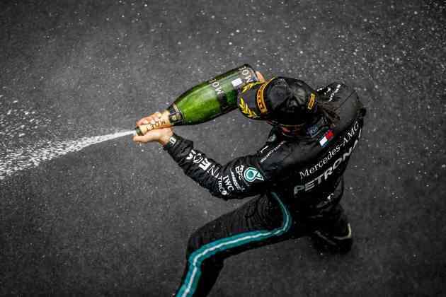 Hamilton comemora a vitória no pódio em Nürburgring