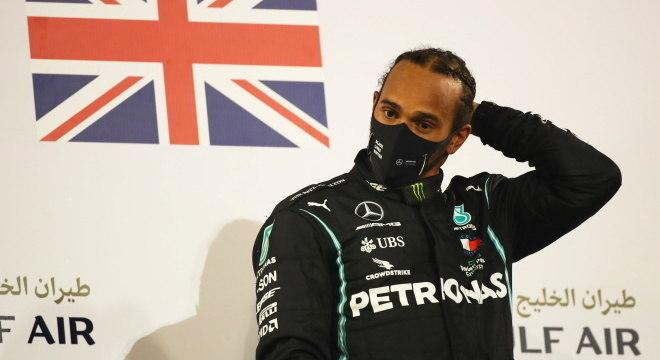 Hamilton apresentou sintomas leves, mas está bem