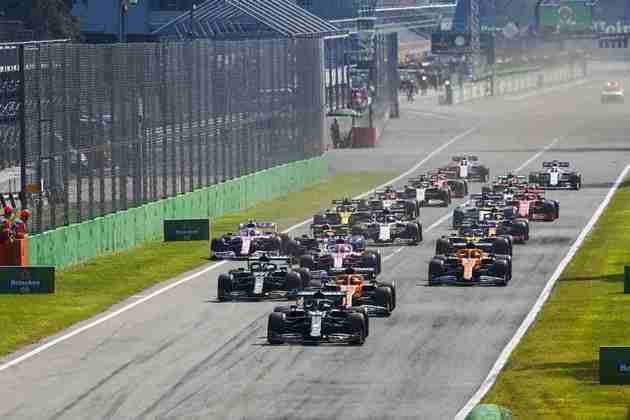 Hamilton foi punido por entrar nos boxes fechados e caiu no pelotão após liderar quase metade da corrida