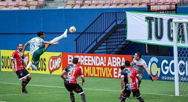 Hamilton 'voou' para marcar o gol do Manaus contra o Ferroviário