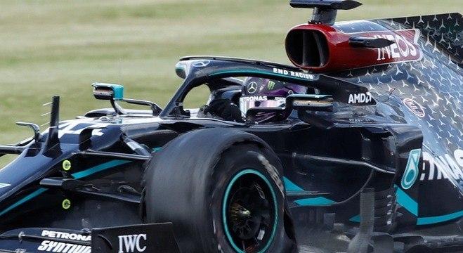 Lewis Hamilton faz a última volta do GP de Silverstone com o pneu estourado