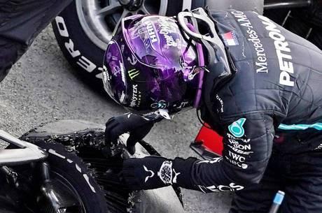 Hamilton checa o estado do pneu